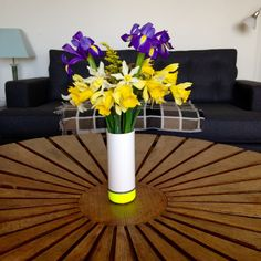 A @taz500 neon ceramic drainpipe vase zings colour against the drum table and Heals sofa. Read an article with the artist on #ecomodernstudios