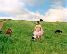 En 2003 le diagnosticaron cáncer de mama a Linda, la mujer del fotógrafo Bob Carey.    Su reacción fue fotografiarse con un tutú rosa en todas partes y publicarlas.