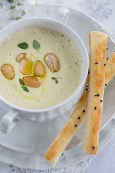 Eine cremige Kartoffel-Mandel-Suppe mit Orangenöl und Honigstangen - sehr veggie und seeeeehr lecker! - marieola - food and lifestyle blog