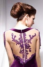 Dentelle violette dans le dos.