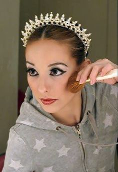 Tiara and glamour Ballet Makeup, Dance Makeup, Stage Makeup Dancer, Nutcracker Costumes, Ballet Costumes, Ballet Hairstyles, Performance Makeup, Ballet Beautiful, Circlet