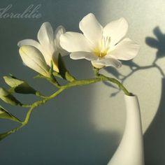 Weiße Freesie aus Zucker von Floralilie 2010 Flora, Wafer Paper Flowers, Flower Tutorial, Plants, Tattoos, Paper, Edible Flowers, Wonderful Flowers, Sunflowers