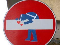 """O artista Clet Abrahamintervem placas de trânsito na Europa com adesivos. Segundo ele, o objetivo não é acabar com a sinalização de trânsito, mas questionar os padrões e mensagens que obedecemos sem pensar duas vezes. É claro que o artista já teve alguns problemas com a lei, mas isso não impede que ele continue. Veja...<br /><a class=""""more-link"""" href=""""https://catracalivre.com.br/geral/fotografia/indicacao/na-europa-artista-altera-placas-de-transito-com-adesivos/"""">Continue lendo »</a…"""