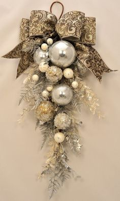 Christmas wreaths for front door, swag christmas ornaments unique . Christmas wreaths for front door, swag christmas ornaments unique . Christmas Swags, Noel Christmas, Winter Christmas, All Things Christmas, Christmas Ornaments, Ornaments Ideas, Christmas Balls, Vintage Christmas, White Christmas Wreaths