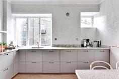 Less is more. Stilrent kök i ljusgrå luckor och grepp 3. Foto av @fotografnathalie #ncs #grå #köksluckor #pickyliving #g3 #ikea #metod #faktum #pax #malm #kök #ikeakök #måttanpassad #special #luckor #inredningsdesign #decor #design #interiordecor #köksinredning #köksdetaljer #interiör #interior #kitchen #kitcheninspo #kitchenlife #ikeahacks #lessismore #minimal #scandinaviandesign