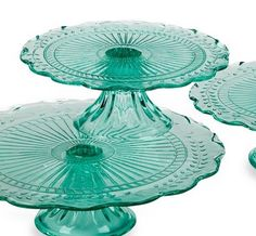 teal cake plates - depression glass teal color would be a cool cake stand! Vintage Cake Plates, Vintage Cake Stands, Vintage Dishes, Vintage Glassware, Kitchenaid, Teal Cake, Green Cake, Cake Pedestal, Cake Carrier