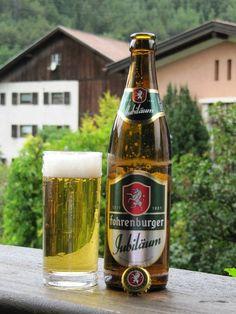 Cerveja Fohrenburger Jubiläum, estilo Munich Helles, produzida por Brauerei Fohrenburg, Áustria. 5.2% ABV de álcool.