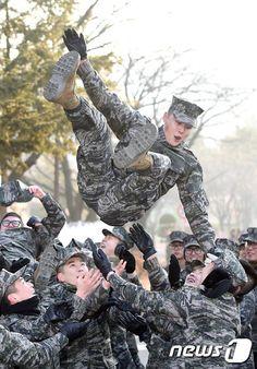 10 Joyful photos from Yoon Si Yoon's military discharge