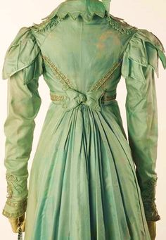 Pelisse, 1820. Look at the detail work on this!!!! Petal caps on the sleeves, pointed scalloping on the collar. Braid at the cuffs and shoulders, and along the seams on the bodice. Wow!!!