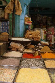 Store spices in Sardar Bazaar Jodhpur (India) | Magasin d'épices au Sardar Bazar de Jodhpur (Inde) | Tienda de especias en bazar Sardar Jodhpur (India)