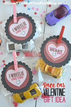 Race Car Valentines Race Car Valentine Gift Idea w/free printable Valentines Bricolage, Kinder Valentines, Valentine Gifts For Kids, Valentines Day Treats, Valentine Day Crafts, Preschool Valentine Ideas, Diy Valentine's Gifts For Kids, Walmart Valentines, Preschool Gifts