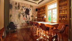 Ο Βασίλης Δημαράς επιστρέφει στο ζεστό και φιλόξενο μπαρ της οδού Παραμυθίας στο Μεταξουργείο. Conference Room, Bar, Table, Furniture, Home Decor, Meeting Rooms, Interior Design, Home Interior Design, Desk