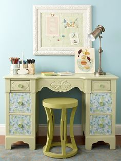 this is a cute desk I want a desk for my writing and homework