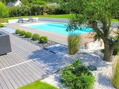 La piscine paysagée par l'esprit piscine - 9,5 x 4 m Revêtement blanc Escalier droit sur la largeur Margelles et plage en ipé: