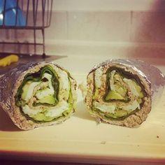 Rollo verde: pan integral, espinaca, lechuga, aguacate y huevo.
