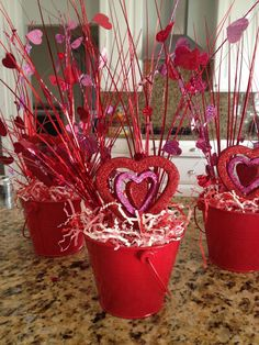Valentine's Day is adorned with numerous craft specialties. Handmade crafts infuse Valentine's Day with a special color. Numerous easy-to-make craft … Valentine Day Wreaths, Valentines Day Decorations, Valentine Day Crafts, Diy Valentine's Centerpieces, Diy Valentine's Day Decorations, Valentinstag Party, Valentines Day Gifts For Him, Valentines Day Party, Diy Weihnachten