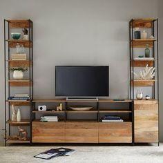 黒い塗装のスチールとナチュラルな木材のコンビネーションはテレビの黒い画面やフレームと相性がピッタリ。グリーンやボトルを飾って生活感を消すのも参考にしたいテクニックです。
