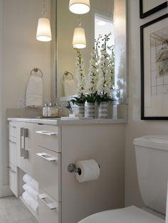 Al elegir qué tipo de gabinetes trabajará en su medio baño, considere todo lo necesario para contener. Paños de limpieza, toallas y suministros de huéspedes adicionales todos encuentran un hogar en este armario trabajadora.