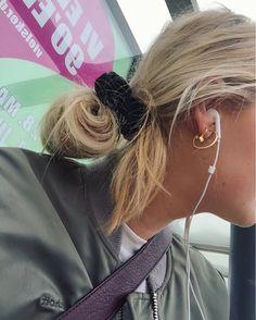 """OLIVIA FREDERIKKE FRYD auf Instagram: """"Ventetid """" Hair and jewels"""