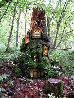 Tree stump fairy house can be used for family picnics or as a place for your children to hang out. All you need is a carefully measured work plan and a large, sturdy tree that can support the weight tree houses and its passengers. Fairy Tree Houses, Cool Tree Houses, Fairy Garden Houses, Gnome Garden, Garden Art, Fairy Gardens, Fairy Village, Miniature Gardens, Fairy Land