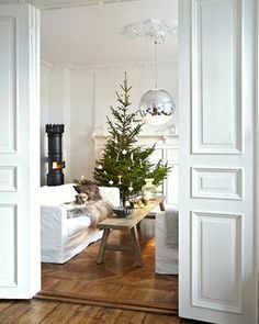 photos: Sveinung Bråthen for BoligPluss - All About Decoration Christmas Mood, Merry Little Christmas, Scandinavian Christmas, White Christmas, Simple Christmas, Norwegian Christmas, Magical Christmas, Scandinavian Style, Christmas Interiors