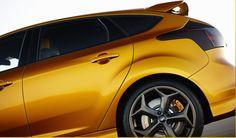 """Cada detalle exterior del Focus ST se diseñó para optimizar la estabilidad y el empuje a alta velocidad. El spoiler de techo integrado, los faros envolventes, la defensa con fascia baja y los rines de aluminio de 18"""" conjugan una experiencia única de manejo deportivo. #Ford #FocusST2013 Ford Focus, Control, Vehicles, Manual Transmission, Lineman, Stability, Lighthouses, Sporty, Thanks"""