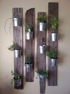 Jardín vertical con cubetas de aluminio