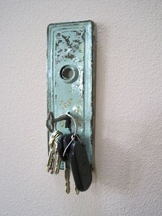 25 Awesome Upcycled DIY Projects - The Cottage Market. DIY decor key holder from an old door knob plate. Skeleton Key Crafts, Skeleton Keys, Old Key Crafts, Diy Vintage, Vintage Keys Decor, Vintage Doors, Vintage Door Knobs, Antique Doors, Vintage Ideas
