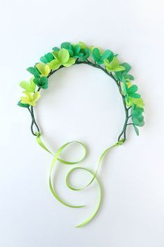 Beautiful and happy clover headband craft for kindergartners and first graders to make this St. Fete Saint Patrick, Sant Patrick, St Patrick's Day Crafts, Holiday Crafts, Crafts To Make, Holiday Decorations, St Patrick's Day Costumes, Irish Beer, St. Patricks Day