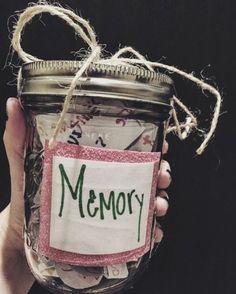 cadeau a fabriquer pour sa meilleure amie, un pot en verre, rempli de toute sorte de souvenirs