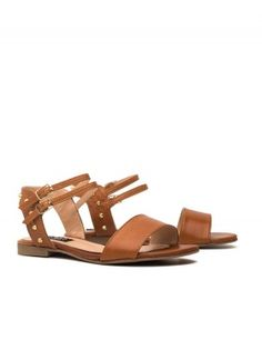 Sandalias camel con pinchos dorados. Camel flat sandals with golden spikes.