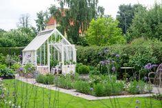 Nordisk coolness, kalder havemanden Claus Dalby dette skønne grønne åndehul i Nordsjælland. Han besøger her haven, der med højbede, fine belægninger og et drivhus har fået plads til det hele.
