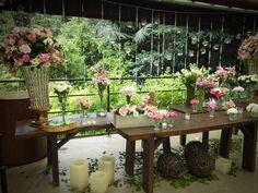 Mesa para Bolo Arranjos altos médios e mini. Bolas de cipó velas e cachepô.