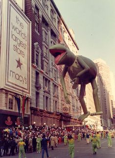 See how Disney's 10 Thanksgiving Day Parade floats have changed over time Macys Thanksgiving Parade, Thanksgiving Parties, Thanksgiving Decorations, Traditional Thanksgiving Dinner, Kermit The Frog, The Dark Crystal, Disney S, Parade Floats, Facts