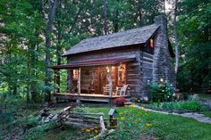 Bed & Breakfast in Louisville, United States. Enjoy your own log cabin on a wooded hillside overlooking a lake. Period furnishings and modern conveniences make this an unforgettable retreat. A massive stone fireplace creates a quiet ambiance. Or watch the wildlife from the  porch swings.  Cap...