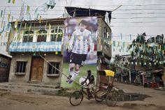 Imagem gigante do argentino jogador de futebol Lionel Messi em Kolkata,India REUTERS/RUPAK DE CHOWDHURI