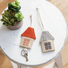 How to make a cute house-shaped key case ♪ Small Sewing Projects, Sewing Crafts, Hobbies And Crafts, Diy And Crafts, Coin Couture, Japanese Patchwork, Key Covers, House Quilts, Burlap Lace