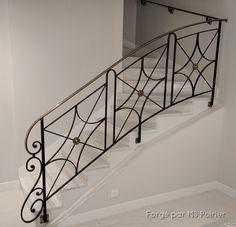 Ferronnerie traditionnelle légère et aux normes européennes Main courante en laiton vieilli #simply #home #design #escalier #ferforge #moderne Modern Design, Scale, Stairs, Home Decor, Wrought Iron Stairs, House Stairs, Modern Staircase, Stair Design, Modern Stair Railing