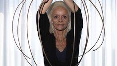 Gjyshja me thonjtë më të gjatë në botë i humb ata në aksident (Video) - http://alboz.co/gjyshja-thonjte-te-gjate-ne-bote-humb-ata-ne-aksident-video/