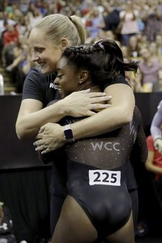 Simone Biles hugs her coach Cecile Canqueteau-Landi after competing in the floor exercise during the senior women's competition at the 2019 U.S. Gymnastics Championships Sunday, Aug. 11, 2019, in Kansas City, Mo. (AP Photo/Charlie Riedel) ▼12Aug2019AP|Simone Biles soars to 6th US gymnastics title