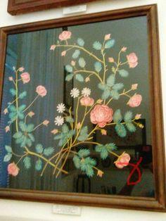 Καθρεφτης με κουκουλια.Λαογραφικό μουσείο Κύμης.