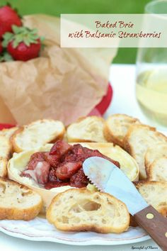 Baked Brie with Balsamic Strawberries - an easy summer appetizer! Perfect for your next dinner party! By Spoonful of Flavor. Quick And Easy Appetizers, Finger Food Appetizers, Yummy Appetizers, Appetizers For Party, Appetizer Recipes, Dinner Parties, Dip Recipes, Finger Foods, Antipasto