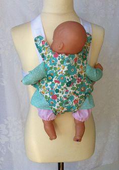 Porte bébé pour poupée en Liberty !  http://www.papaetmaman.fr/porte-bebe-poupee-coton-et-liberty-30-cm-36-cm-petite-fille.html