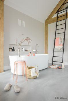 Ik heb een interieurontwerp gemaakt voor een jaren 30 woning in Haarlem. De wanden zijn geschilderd en de woonkamer ingericht met nieuwe producten.