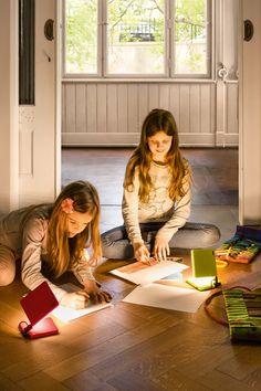 Die portable LED-Leuchte wird zum ständigen Begleiter. Starke Magnete halten sie an Metalloberflächen. Akkuleuchte | aufladbar | Nimbus | farbenfroh |moderne LED-Technologie | bunt | kabellos | Designleuchte | blendfrei  #nimbus #roxxane #LED #portable #frankeleuchten #unsereideenleuchten Flyer, Wands, Couple Photos, Couples, Design, Dining Rooms, Hang In There, Living Room, Couple Shots