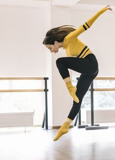 Young female dancer practising in the dance studio Free Photo Female Dancers, Female Poses, Chiffon Rock, Dancer Photography, E Sport, Pose Reference Photo, Poses References, Dance Poses, Young Female