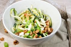 Heute hab ich euch vegetarische Zucchini-Spaghetti mit Fetasahne und Walnüssen mitebracht. Die sind absolut köstlich und ruckzuck zubereitet.