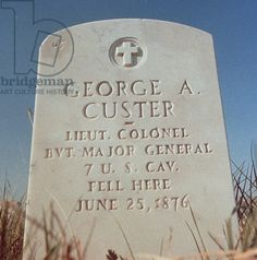The headstone of General George Armstrong Custer at Little Bighorn Battlefield National Monument (photo) Cemetery Headstones, Old Cemeteries, Cemetery Art, American Indian Wars, Native American Indians, American History, Civil War Heroes, George Custer, Battle Of Little Bighorn
