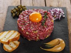 Beef tartar steak in a light version for a meal with friends - - Steak Tartare, Meat Recipes, Cooking Recipes, Healthy Recipes, Tartare Recipe, Good Food, Yummy Food, Pub Food, Weird Food