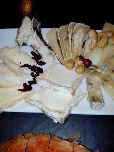 Surtido de quesos artesanos de leche cruda acompañados de frutos secos de Casa Gispert